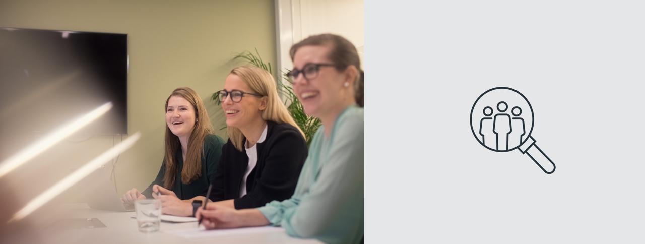 Tre kvinnelige ansatte smiler